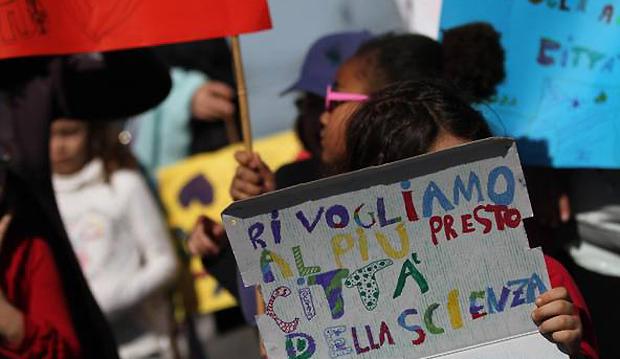 CITTA' SCIENZA: MIGLIAIA IN CORTEO, 'RICOSTRUIAMOLA'