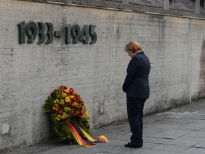 Angela-Merkel-in-visita-ad-ex-lager-Dachau-300x225