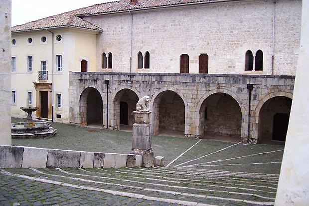 1280px-Piazzetta_Certosa_Trisulti