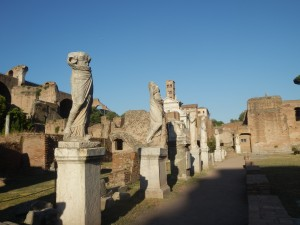 Cortile, statue Vestali